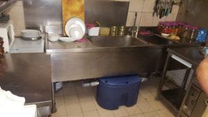 Bac à graisse sous évier dans très petite cuisine d'un restaurant indien