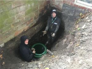 deux experts installe pompe de relevage