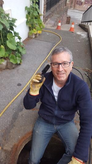 client qui sourit lors d'un débouchage canalisation